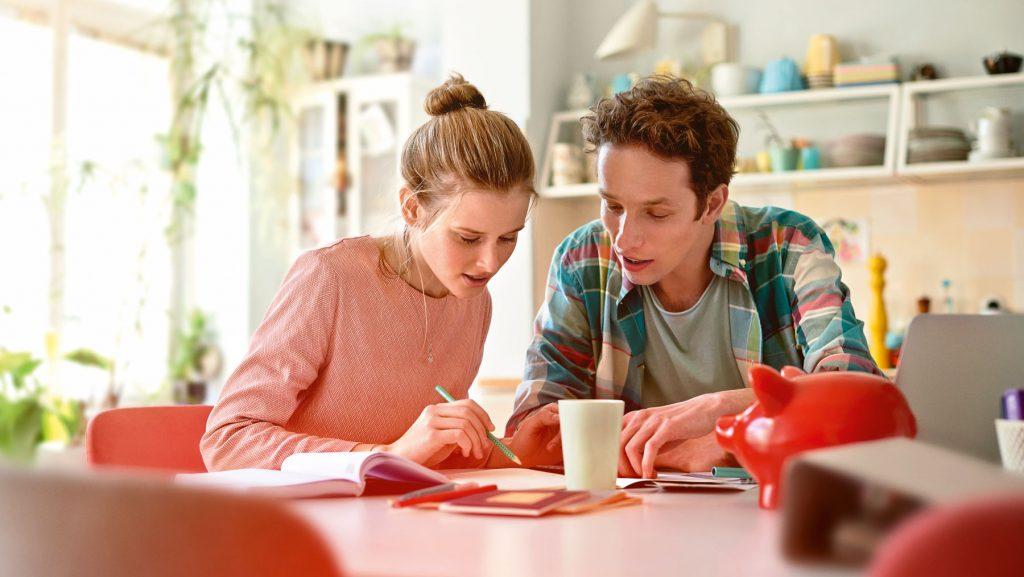 Das kostenlose Haushaltsbuch vom Beratungsdienst Geld und Haushalt hilft, die Ausgaben zu kontrollieren und Geld zu sparen.