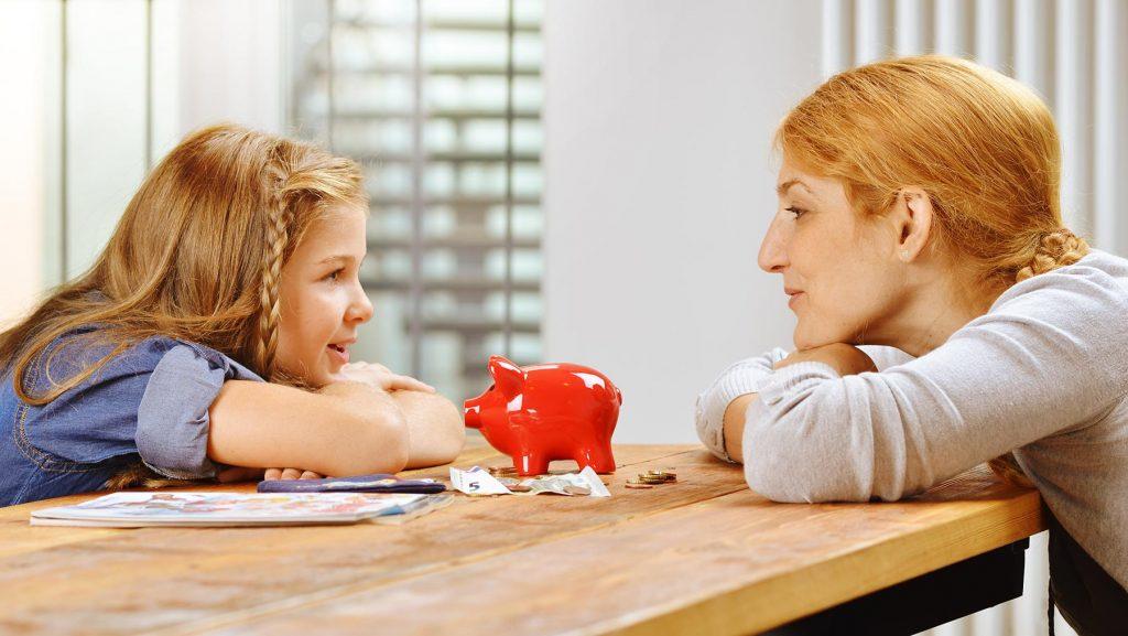 Taschengeld und Gespräche mit den Eltern zum Thema Geld sind wichtig für Kinder, um den Umgang mit Geld zu erlernen.