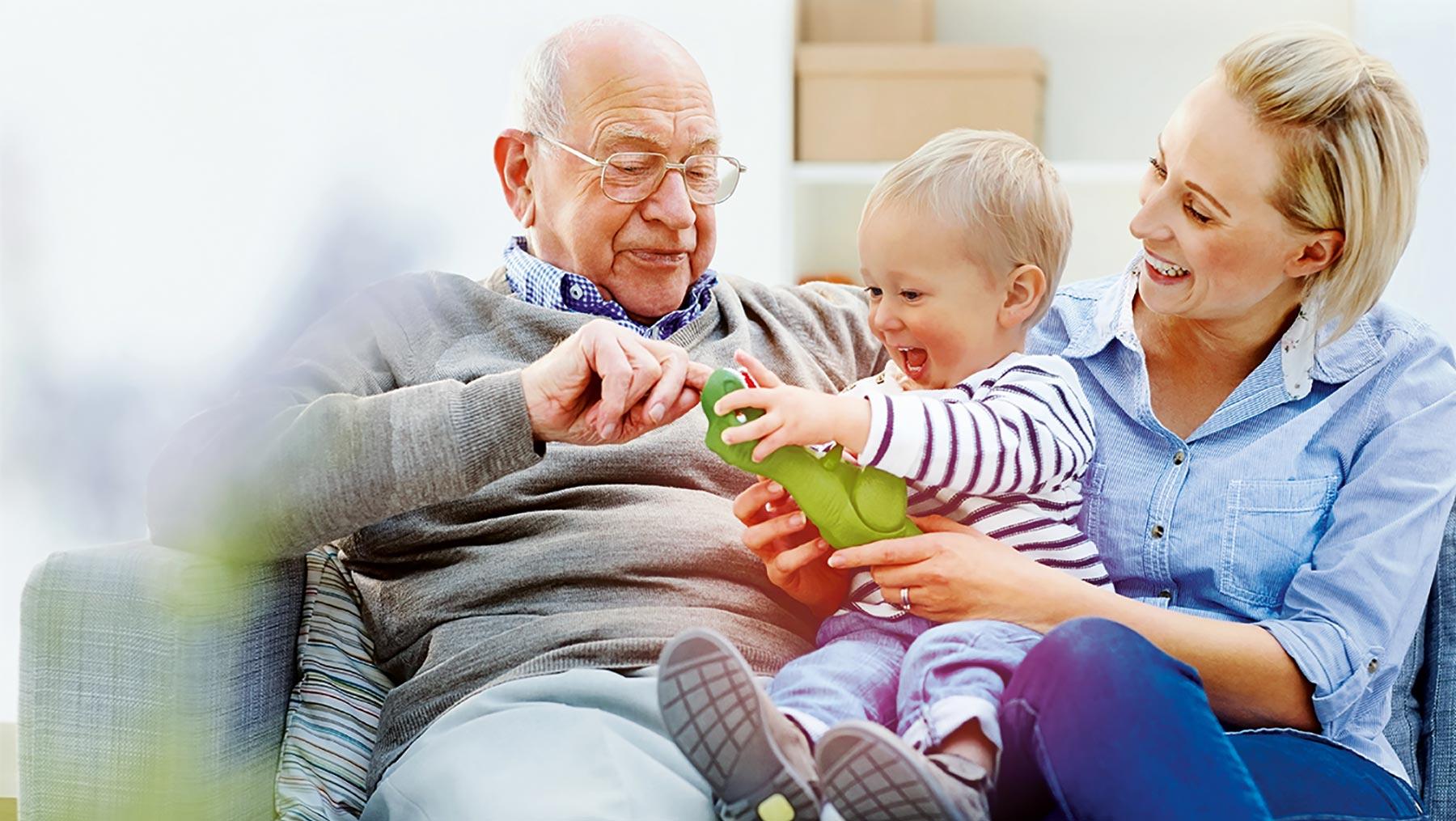 Großeltern sparen oft für Kinder und Enkel Geld an.